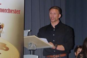 Bernd Küstner begrüßt die Gäste