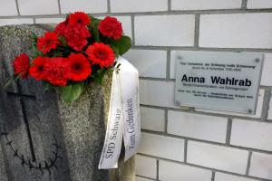 Blumenschmuck am Grabstein Anna Wahlrabs