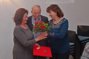 Urkunde und Blumen für Angelika Roth