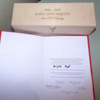 Geschenk und Urkunde