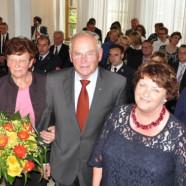 Fritz Körber zwischen Ehefrau und Bürgermeisterin