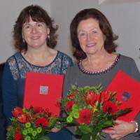 Claudia Hälter und Angelika Roth mit ihren Urkunden